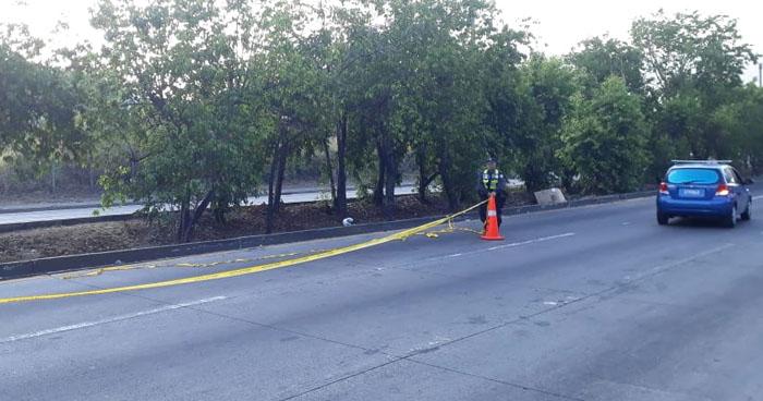 Motociclista muere al chocar contra un árbol en carretera Comalapa