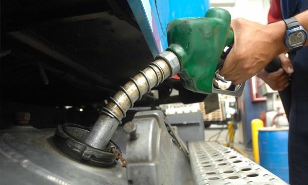 Leve disminución en precios de los combustibles a partir de mañana