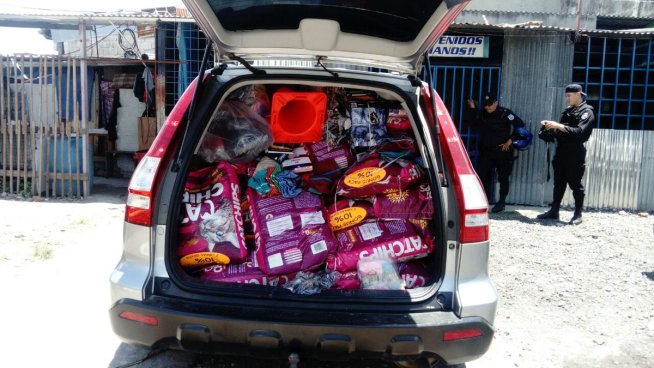 PNC captura a tres sujetos y decomisa un vehículo en el que transportaban comida para gato