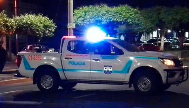 Un hombre era perseguido para ser asaltado y al evitarlo los delincuentes le asestaron ocho disparos