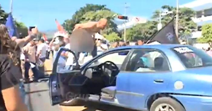 Conductor se baja los pantalones frente a manifestantes por cierre de la Alameda Juan Pablo II