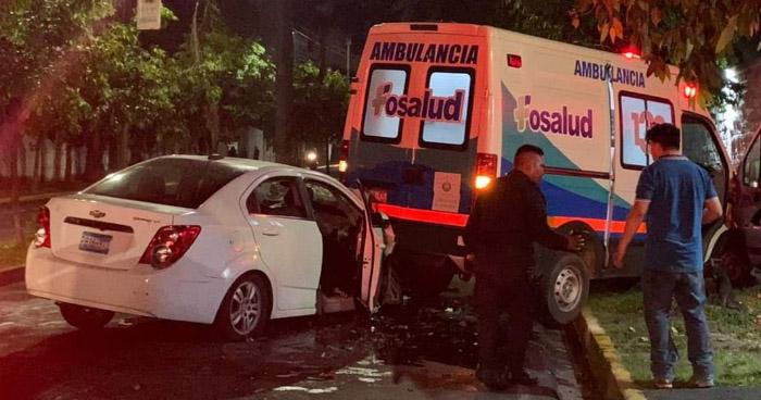 Vehículo impacta con ambulancia frente a Hospital El Salvador