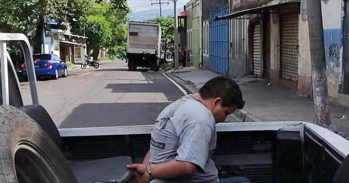 Conductor ebrio detenido tras chocar contra un poste en San Salvador