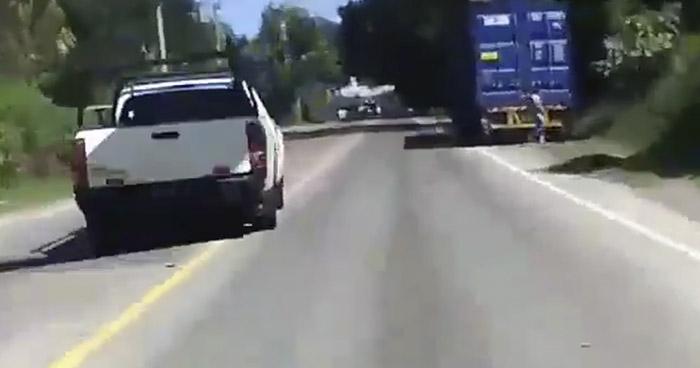 VIDEO | Captan a conductor temerario, invadiendo carriles, en carretera a Metapán