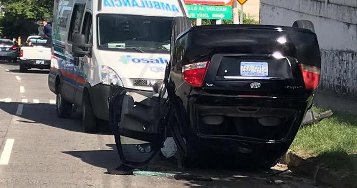 Conductora lesionada tras volcar su vehículo en San Salvador