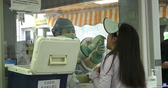 Vuelven confinamientos masivos en China por aumento de casos de COVID-19