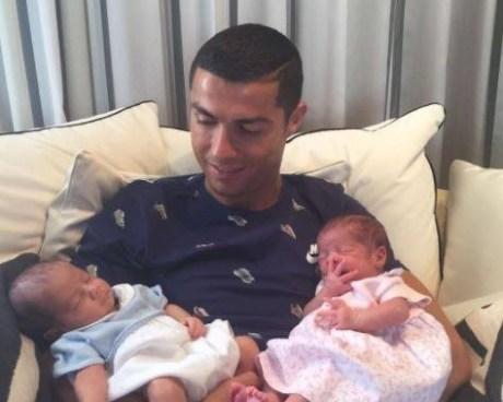 Cristiano Ronaldo presenta a sus mellizos en Instagram