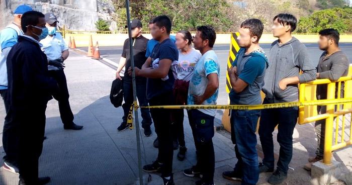 Envían a cuarentena a 8 salvadoreños provenientes de México
