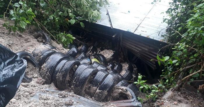 Abuela y nietas se salvan de morir soterradas por alud de tierra que cayó sobre su casa en Soyapango