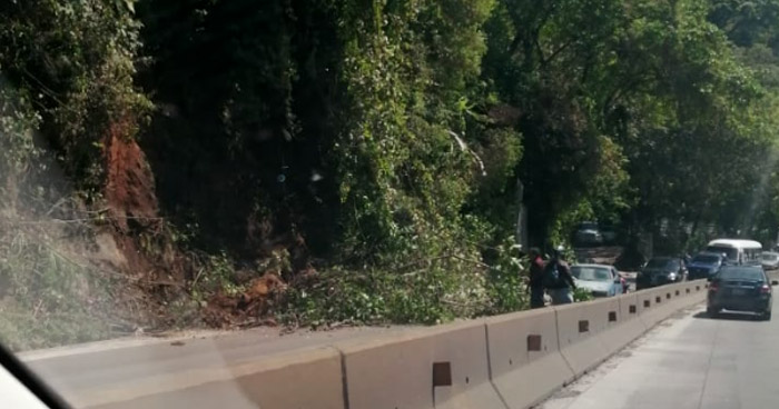 Reportan derrumbe en la autopista Los Chorros
