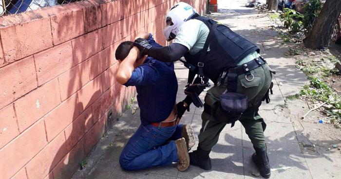 Captan en sistema de video vigilancia a sujeto buscado por participar en robos a mano armada