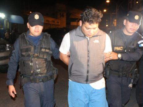 Arrestan a guatemalteco por llevar restos humanos calcinados en el baúl de su auto
