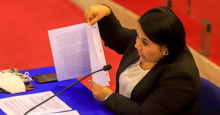 Denuncian a Cristina Cornejo por revelar información personal del Ministro de Hacienda