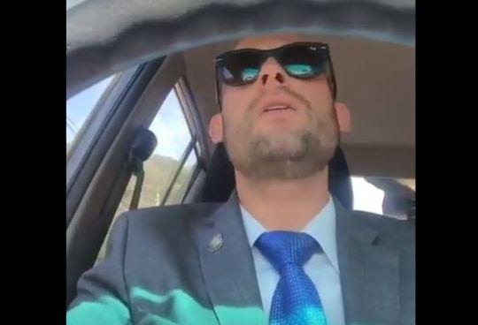 Se hace viral vídeo de Diputado Parker cantando como Juan Luis Guerra
