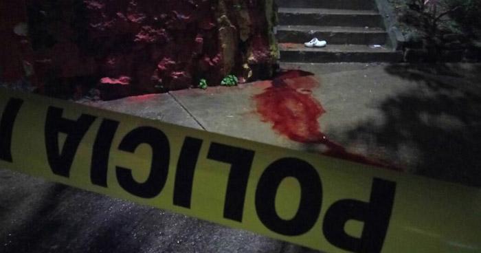 Delincuentes acribillan a balazos a dos hombres en una parada de buses de Apopa