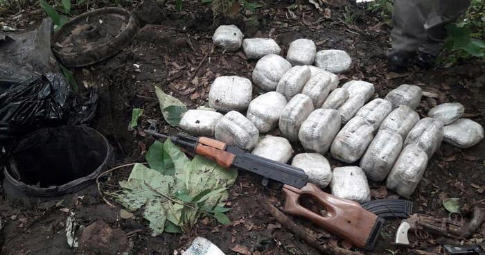 Descubren alijo de droga y armas enterradas por pandilleros, en Guacotecti, Cabañas
