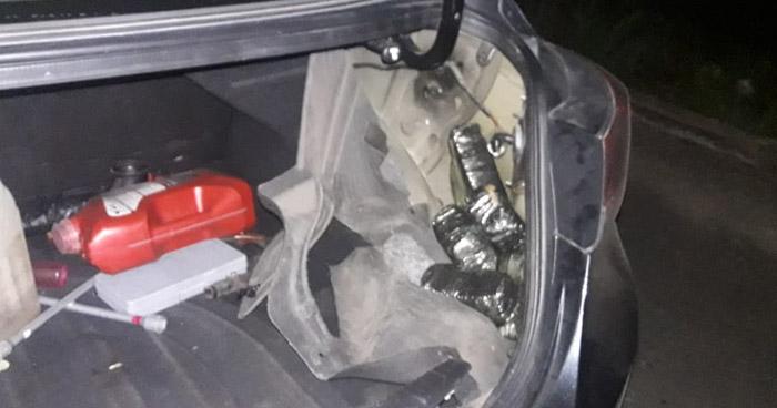 Encuentran droga oculta en vehículo en Santa Ana
