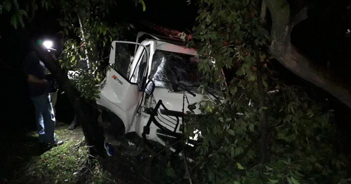 Conductor ebrio choca contra un árbol en carretera de Oro