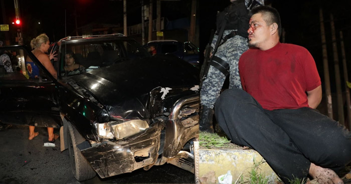 Conductor ebrio provoca choque y deja dos lesionados