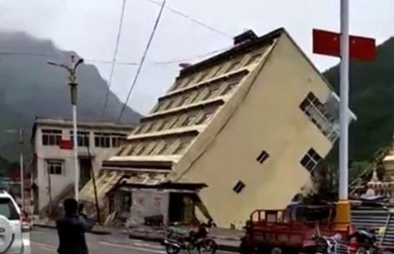 Vídeo: Edificio de 5 plantas es arrastrado por la corriente de un río en China