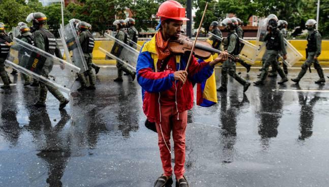 Marc Anthony escucho tocar al venezolano que perdió su violín en una protesta