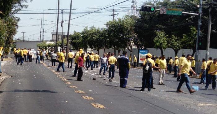 Sindicalistas del MOP mantienen cierre en Alameda Manuel Enrique Araujo