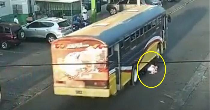 Captan momento exacto en el que estudiante es arrollado por motorista de autobús en San Miguel