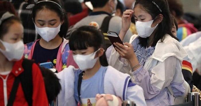 Estudiantes en Pekin volvieron este lunes a las escuelas con un brazalete que mide su temperatura