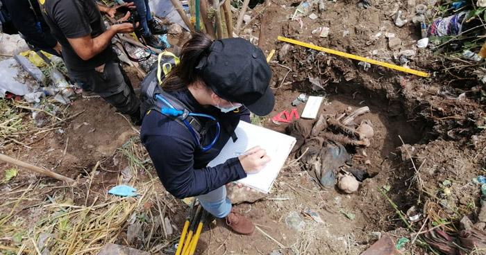 Exhuman cadáveres encontrados en predio baldío de Soyapango