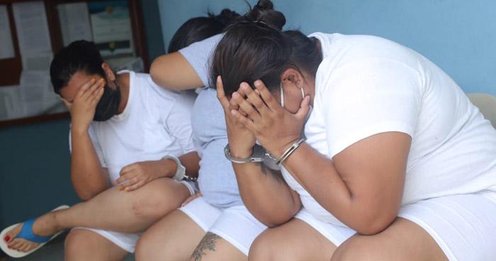 Prisión para mujeres que exigían $1.000 mensuales a víctimas en San Salvador y Santa Ana