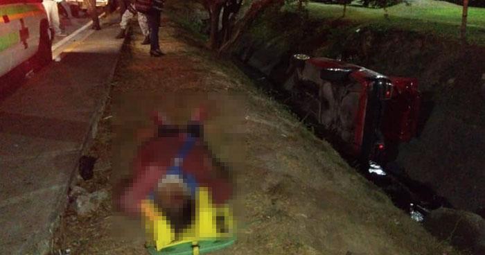 Conductor ebrio provoca accidente y mata a su acompañante en carretera a Comalapa