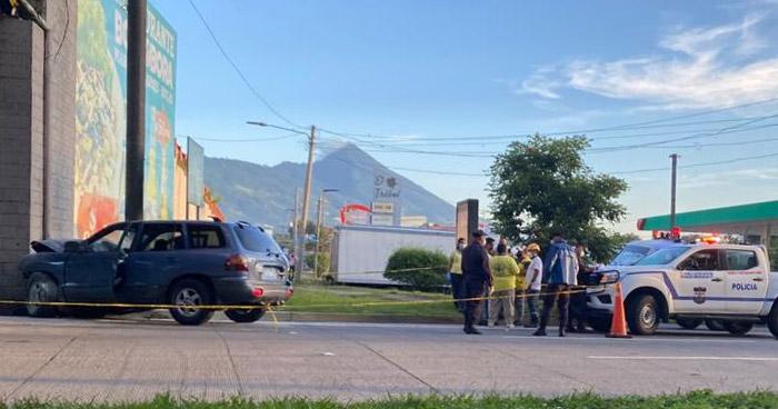 Muere conductor tras chocar contra bases de un paso desnivel en carretera a Santa Tecla
