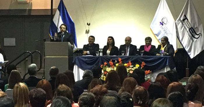 Abuchean a Félix Ulloa durante firma de pacto para garantizar los derechos de las mujeres