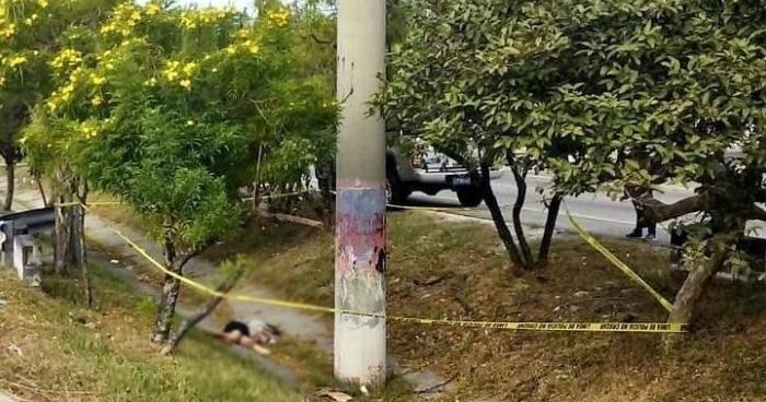 Encuentran cadáver de mujer estrangulada en la orilla de la autopista a Comalapa