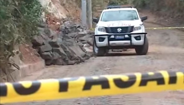 Criminales secuestran a una mujer, la asesinan y luego abandonan a su hija de 3 años en el camino