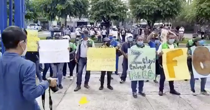 Protestan para exigir el pago del FODES