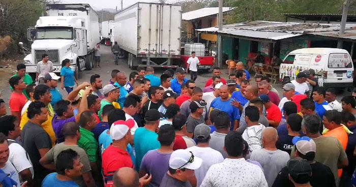 Transportistas mantienen cerrado el paso en la frontera El Amatillo