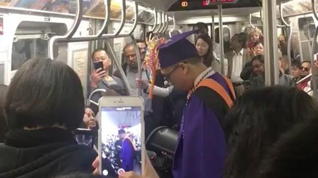 Pasajeros improvisan celebración a joven que perdió su graduación