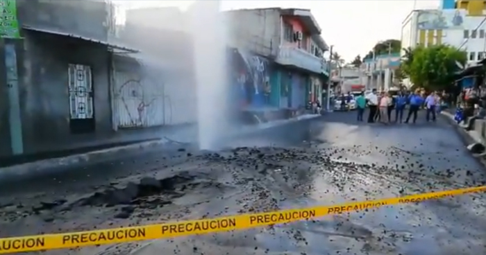 Fuerte fuga de agua se registró esta tarde en Cuscatancingo