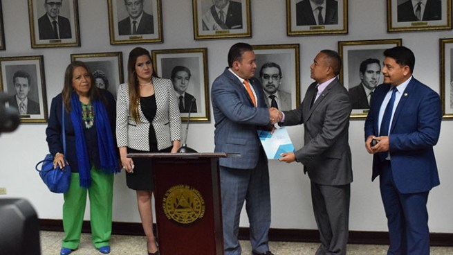 Presentan propuesta para beneficiar a migrantes centroamericanos radicados en El Salvador