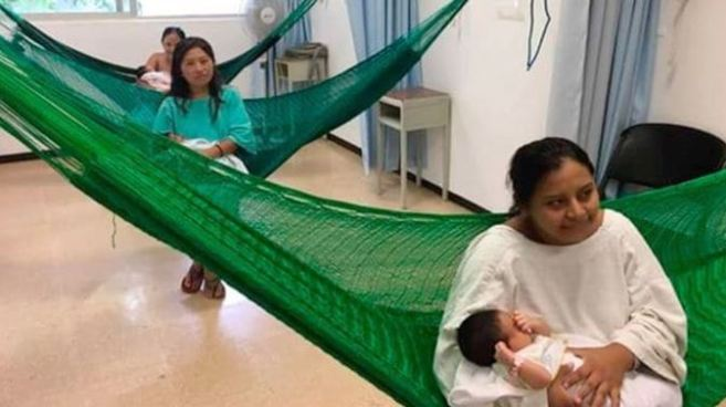 Hospital de México sustituye camillas por hamacas en el área de maternidad