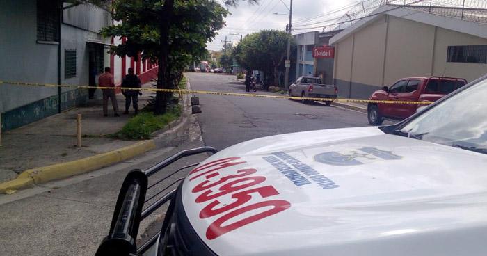 Herido de bala tras asalto afuera de un banco en 25 Avenida Sur, San Salvador