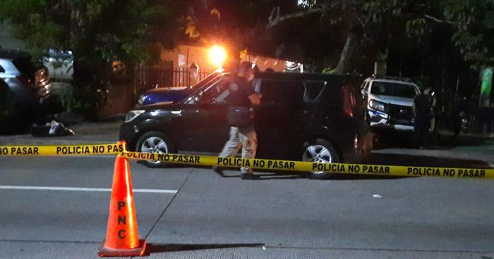 Abandonan vehículo con un cadáver en el interior en carretera Comalapa
