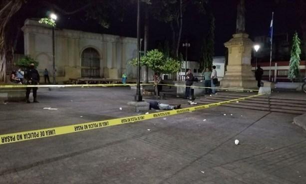 Hombre muere de infarto en pleno Parque San Jose en San Salvador