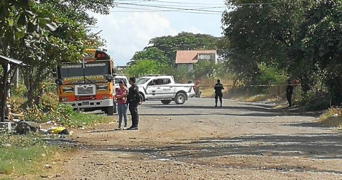 Asesinan a balazos a un hombre en el punto de buses de la ruta 90, en San Miguel