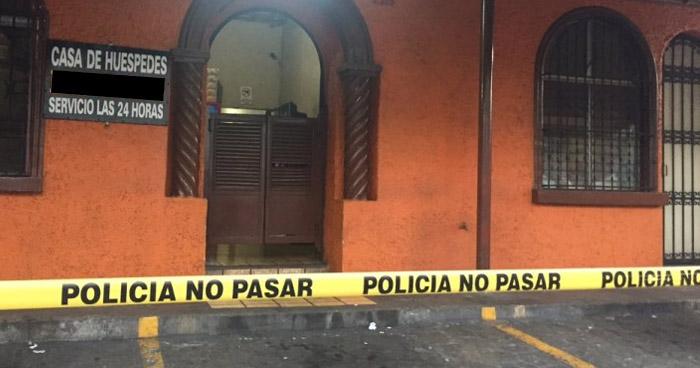 Degüellan a un hombre al interior de un hospedaje en el centro de San Salvador