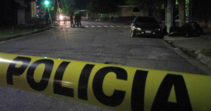 Sujetos a bordo de una motocicleta acribillan a balazos a un hombre en colonia Miramonte