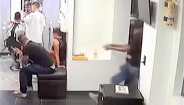 De un tiro en la cabeza, así asesinan a delincuente en una barbería de Argentina