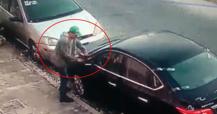 Captan en video a hombre hurtando accesorios de un vehículo en colonia de San Salvador