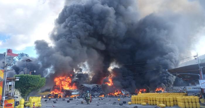 Incendio y explosiones en planta de gas de Soyapango, a un costado de Plaza Mundo